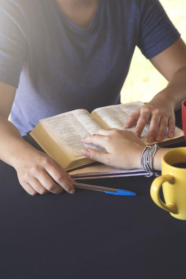 Groep Jongeren die de Bijbel buiten samen bestuderen stock afbeeldingen