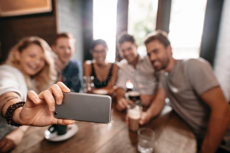 Groep jongeren die een selfie nemen bij koffie royalty-vrije stock afbeelding