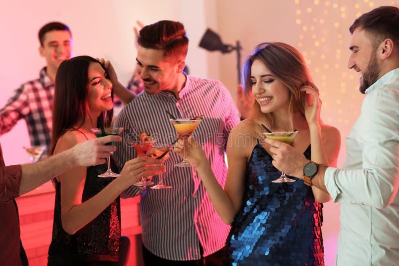 Groep jongeren die martini-cocktails houden royalty-vrije stock foto's