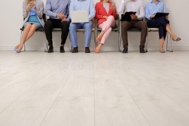 Groep jongeren die op baangesprek wachten stock foto