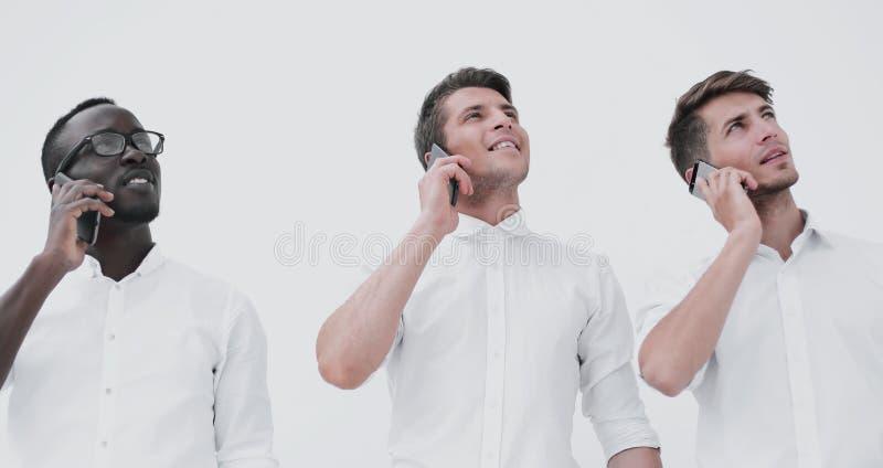 Groep jongeren die op mobiel spreken en exemplaar bekijken spac royalty-vrije stock fotografie