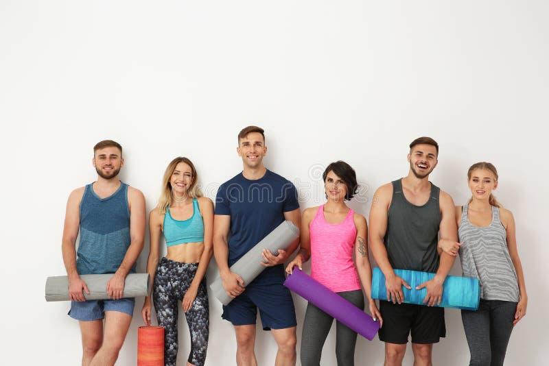 Groep jongeren die op yogaklasse wachten royalty-vrije stock afbeeldingen
