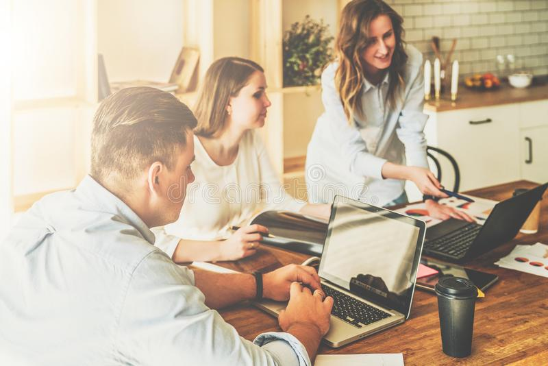 Groep jongeren die samenwerken De mens gebruikt laptop, meisjes die op het scherm van laptop kijken, businessplan bespreken stock afbeeldingen