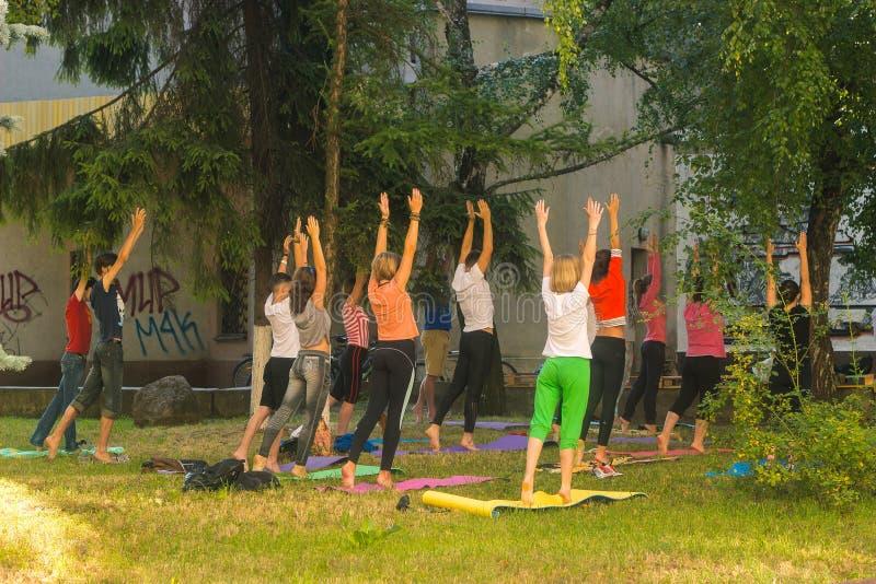 groep jongeren die yoga uitoefenen tijdens de zonsopgang royalty-vrije stock fotografie