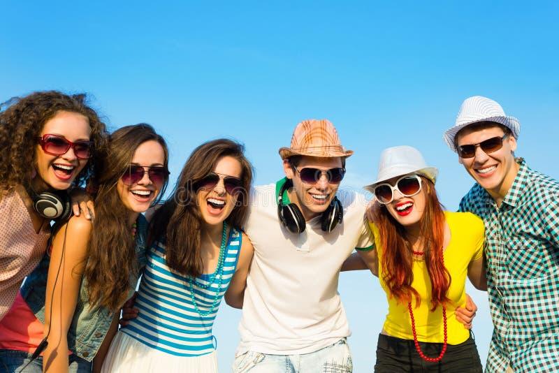 Groep jongeren die zonnebril en hoed dragen stock fotografie
