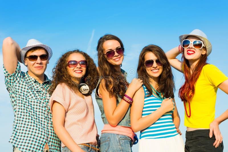 Groep jongeren die zonnebril en hoed dragen stock foto's