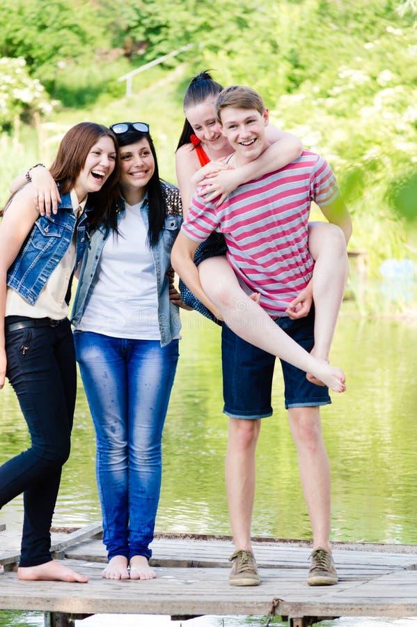 Groep jongeren tienervrienden in openlucht royalty-vrije stock afbeelding