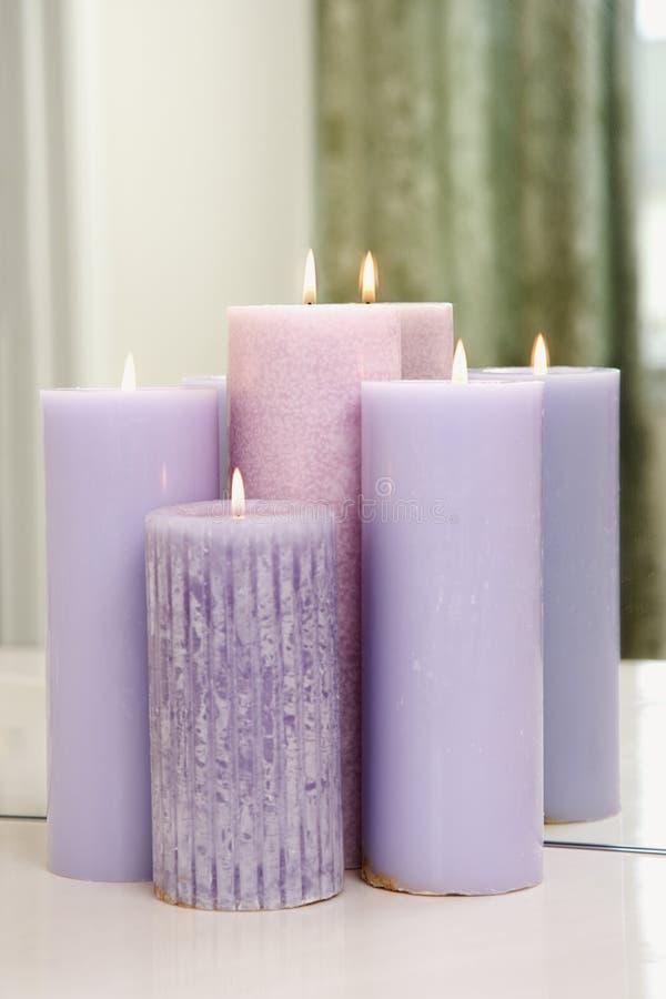 Groep kaarsen het branden. stock afbeelding