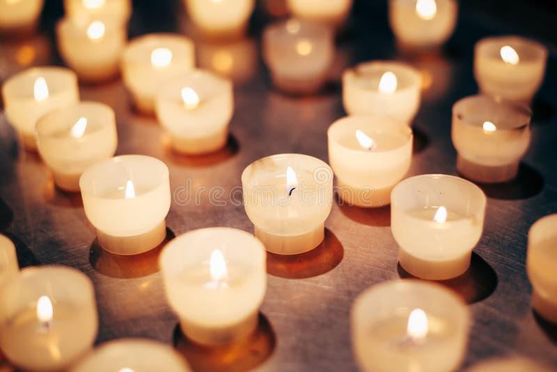 Groep kaarsen in kerk Het licht van kaarsen royalty-vrije stock fotografie