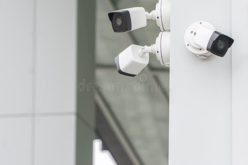 Groep kabeltelevisie-veiligheidscamera's buiten op moderne de bouwmuur in stad royalty-vrije stock afbeelding
