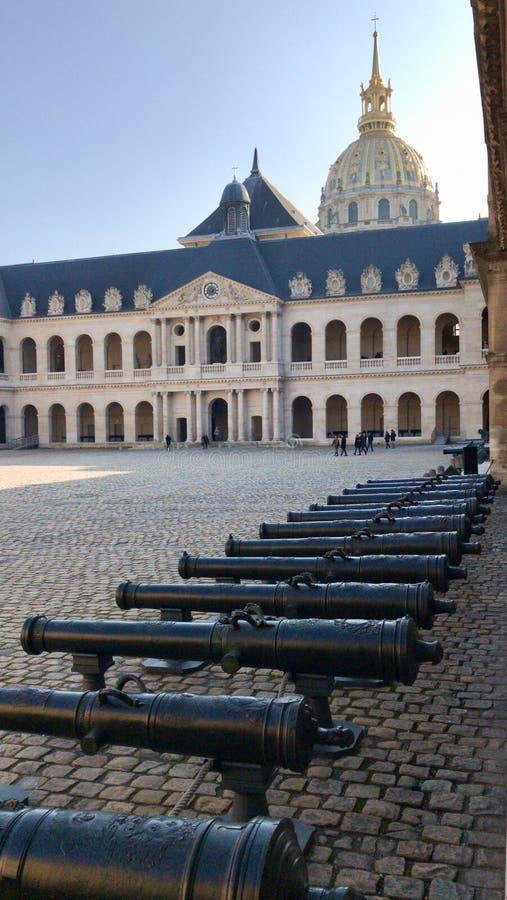 Groep kanonnen in de centrale binnenplaats van les invalides binnen royalty-vrije stock foto's