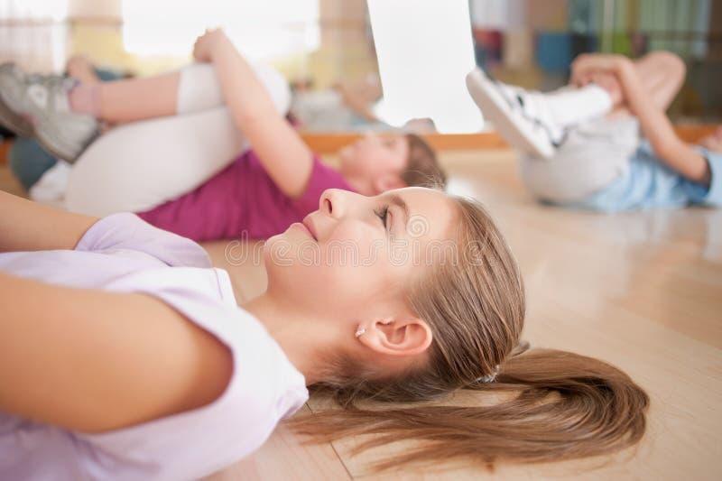 Groep kinderen belast met fysieke opleiding. royalty-vrije stock afbeeldingen