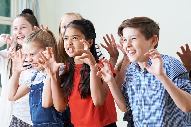 Groep Kinderen die Drama van Club samen genieten royalty-vrije stock foto