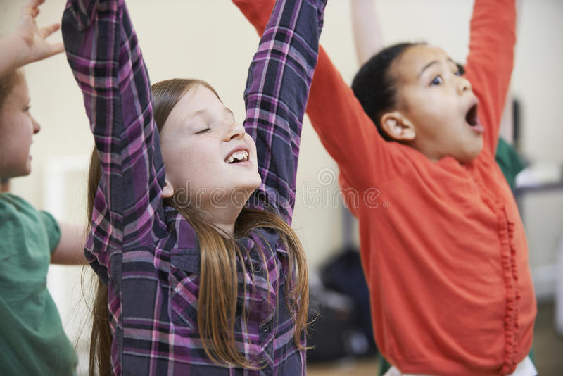 Groep Kinderen die Drama van Klasse samen genieten stock foto's