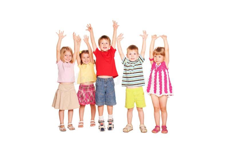 Groep kinderen die hun handen omhoog opheffen royalty-vrije stock fotografie