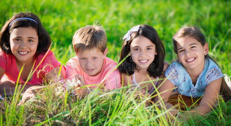 Groep kinderen die in kamp rusten stock foto's
