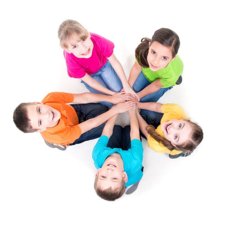 Groep kinderen die op de vloer zitten royalty-vrije stock foto's