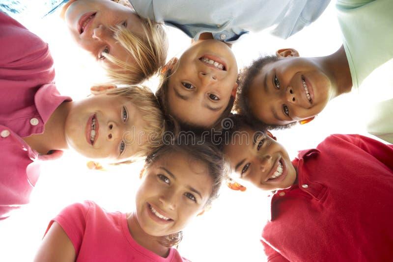 Groep Kinderen die in Park spelen stock foto's