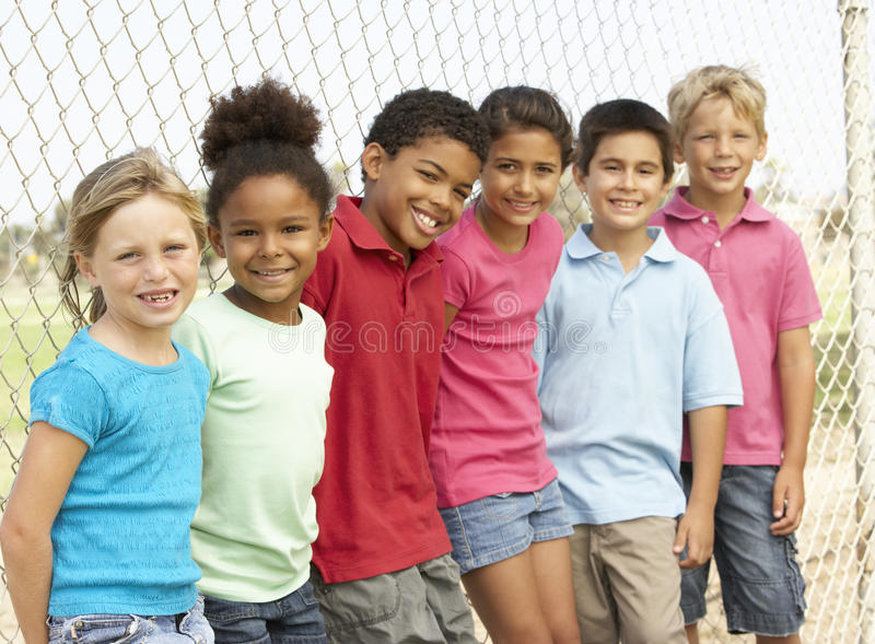Groep Kinderen die in Park spelen stock afbeelding