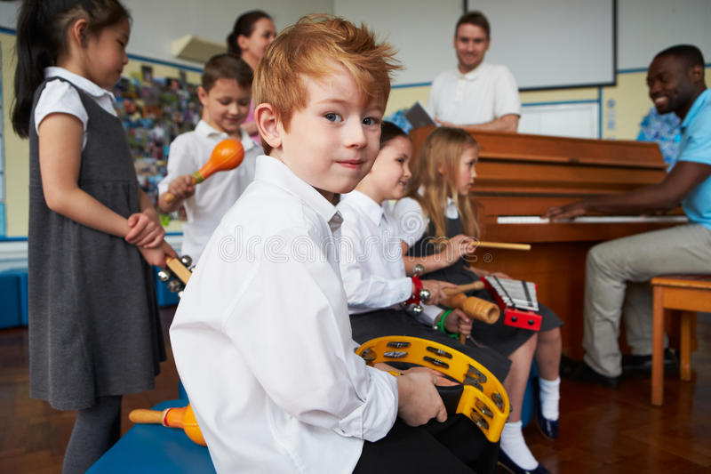Groep Kinderen die in Schoolorkest samen spelen stock afbeelding