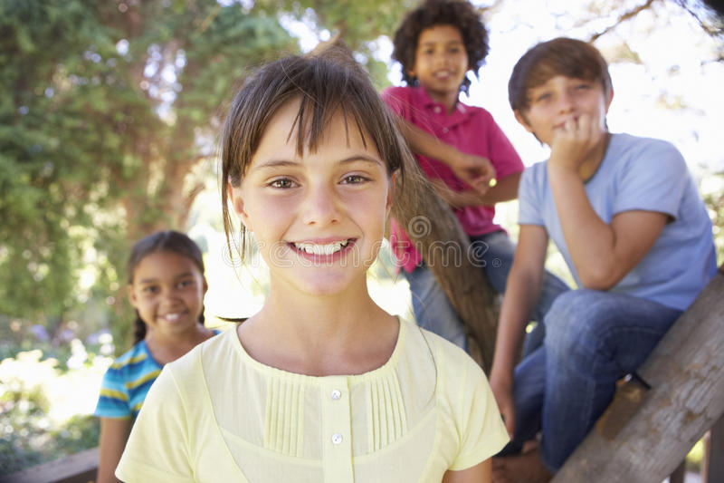 Groep Kinderen die uit in Treehouse samen hangen stock foto's