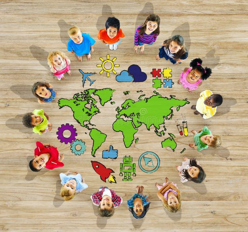 Groep Kinderen en Wereldkaart stock fotografie