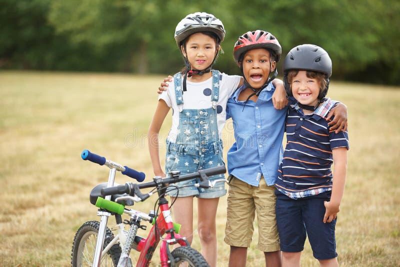 Groep kinderen met fiets en autoped royalty-vrije stock foto's