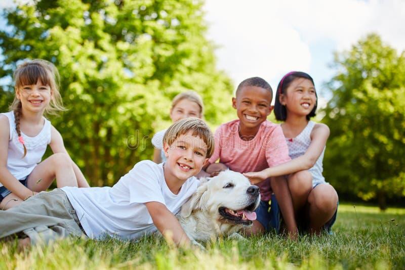 Groep kinderen met Golden retriever stock foto