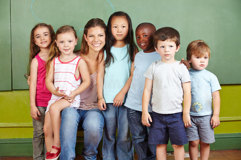 Groep kinderen met kleuterschool stock fotografie