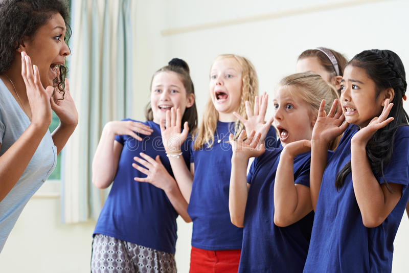 Groep Kinderen met Leraar Enjoying Drama Class samen royalty-vrije stock afbeeldingen