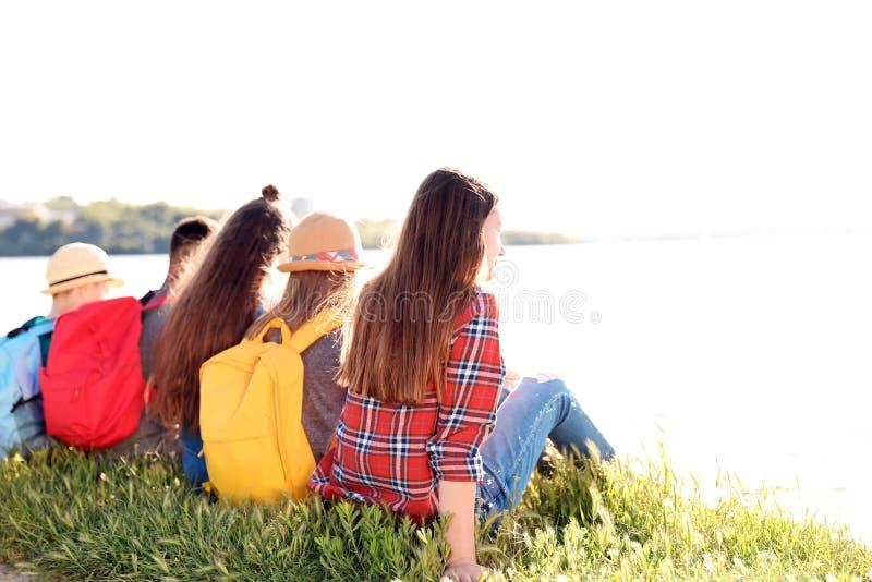Groep kinderen met rugzakken op kust royalty-vrije stock foto's