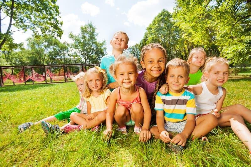 Groep kleine jongens en meisjes op het gazon royalty-vrije stock afbeelding