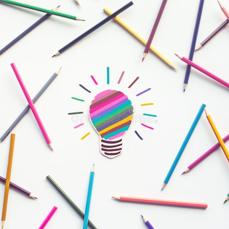 Groep kleurrijk potlood met gloeilamp het schilderen op wit royalty-vrije stock afbeeldingen