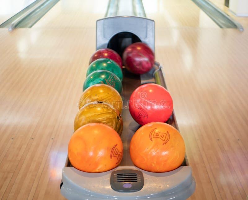 Groep kleurrijke ballen bij kegelenclub Niemand in het kader de activiteitenconcept van de familie recreatief vrije tijd één vage stock afbeelding