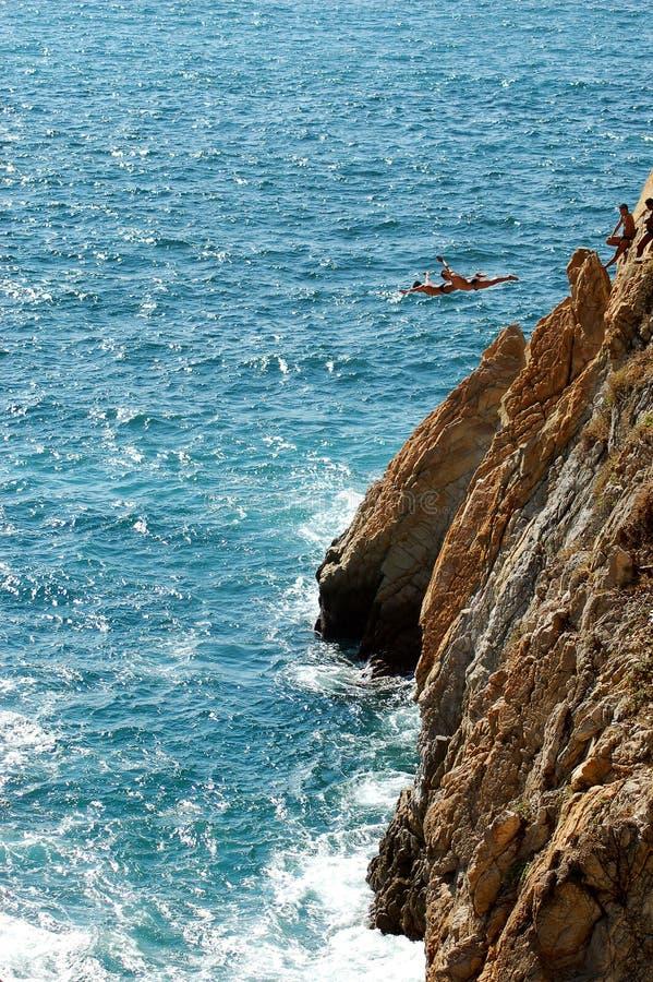 Groep klippenduikers in vrije vlieg, Acapulco, Mexico royalty-vrije stock fotografie