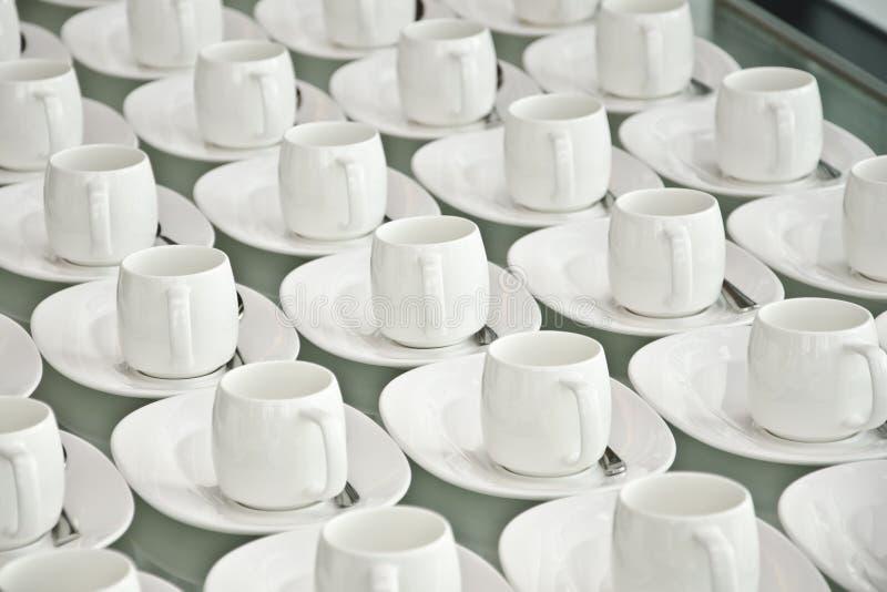 Groep koffiekoppen Lege koppen voor koffie Vele rijen van witte kop voor de dienstthee of koffie in ontbijt bij buffetgebeurtenis stock foto's