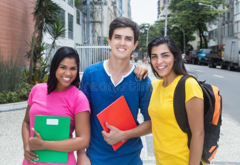 Groep lachende Latijns-Amerikaanse en Kaukasische studenten royalty-vrije stock afbeeldingen