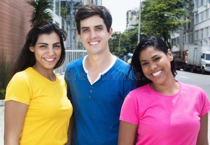 Groep lachende Latijns-Amerikaanse en Kaukasische vrouwen en de mens stock foto's