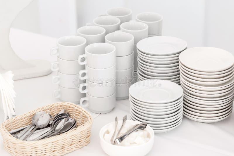 Groep lege koffiekoppen Witte kop voor de dienstthee of koffie in ontbijt of buffet en seminariegebeurtenis royalty-vrije stock afbeelding