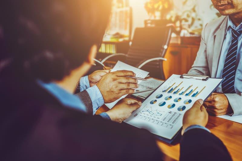 Groep mannelijke ondernemers die beheersproject bespreken tijdens het samenwerken van en het analyseren van boekhoudingshandel en stock foto's