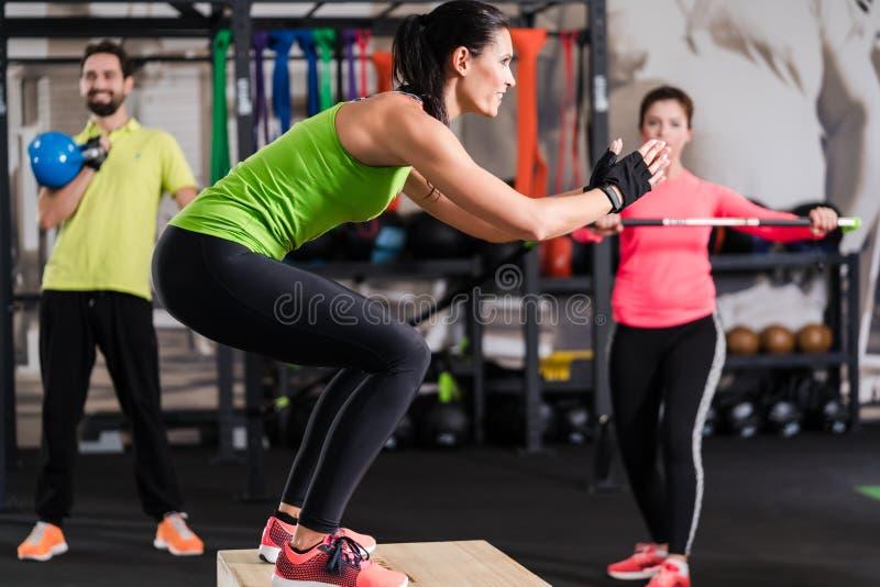 Groep mannen en vrouw in functionele opleidingsgymnastiek stock fotografie
