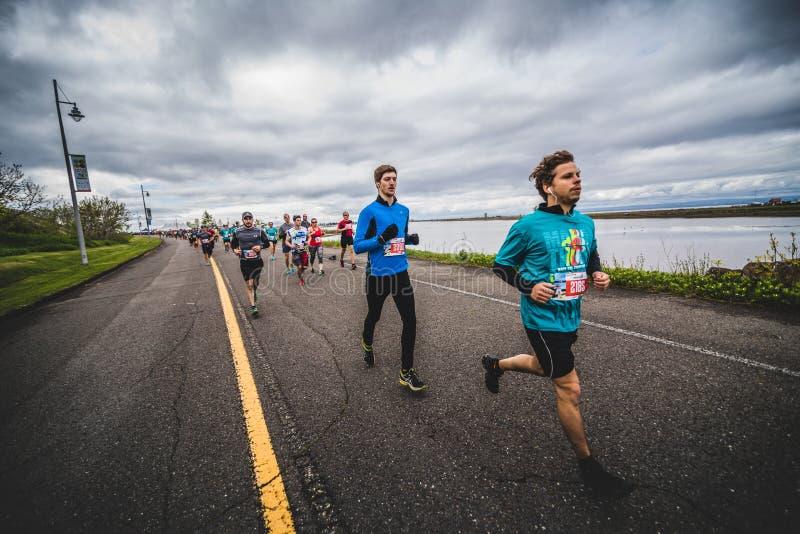 Groep Marathonlopers vlak na de Beginnende Lijn stock foto