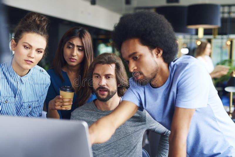 Groep medewerkers die aan computer werken stock foto's