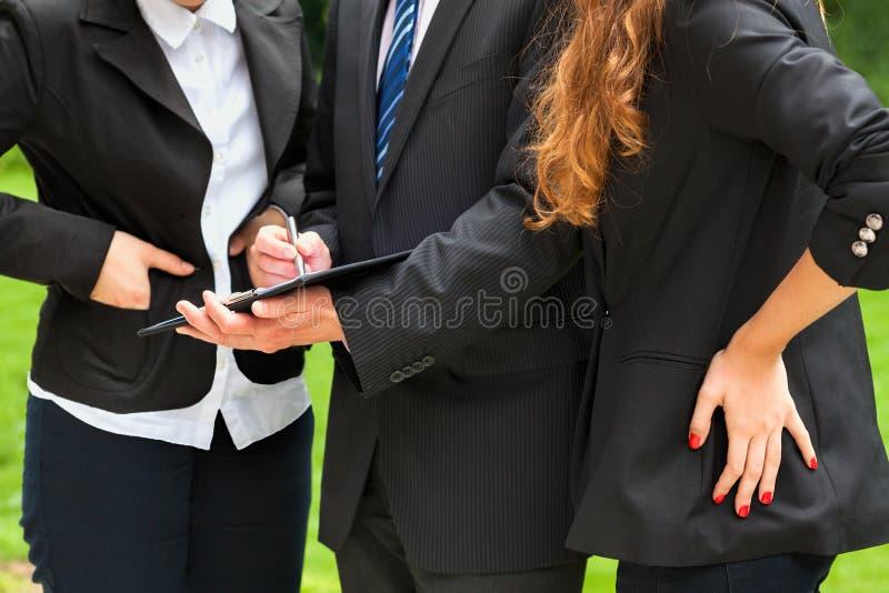 Groep medewerkers in openlucht stock fotografie