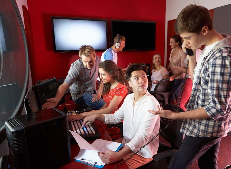 Groep Media Studenten die in Film het Uitgeven Klasse werken royalty-vrije stock foto's