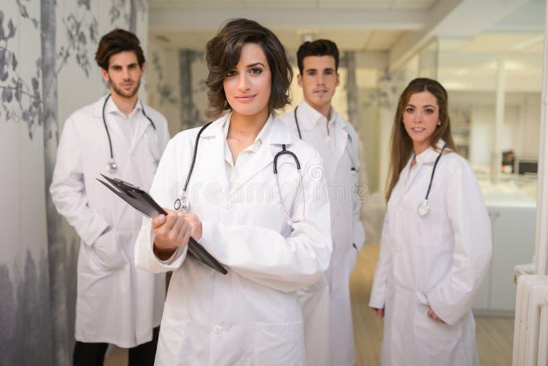 Groep medisch arbeidersportret in het ziekenhuis stock afbeeldingen