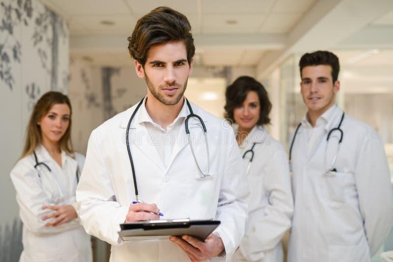 Groep medisch arbeidersportret in het ziekenhuis stock foto's