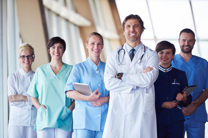 Groep medisch personeel bij het ziekenhuis stock fotografie