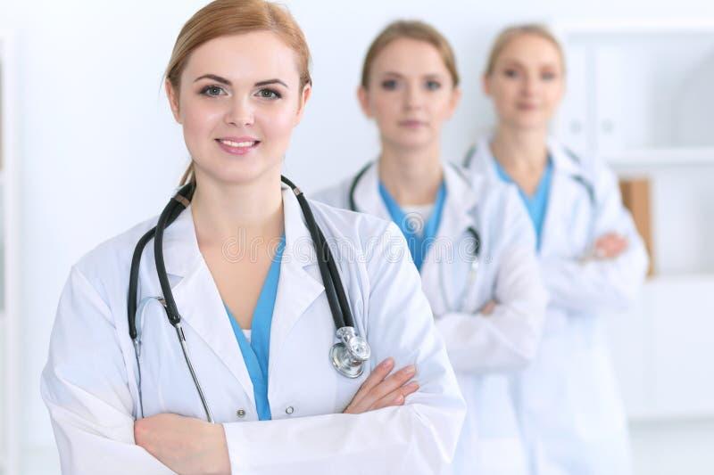 Groep medische artsen die zich bij het ziekenhuis bevinden Team van artsen klaar om patiënten te helpen Geneeskunde en gezondheid stock fotografie