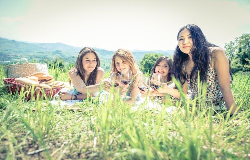 Groep meisjes die picknick maken royalty-vrije stock foto